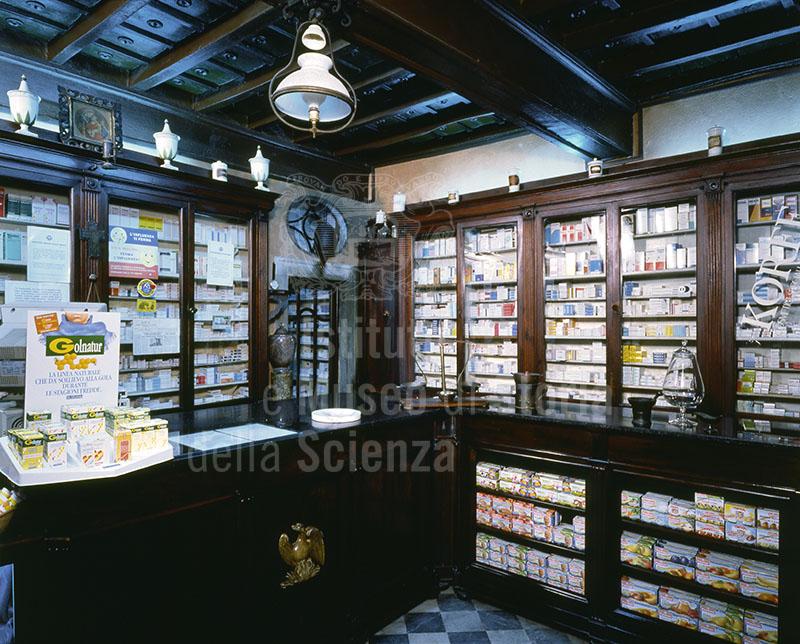 Immagine arredi di met ottocento della farmacia la fenice for Bottigelli arredi farmacia