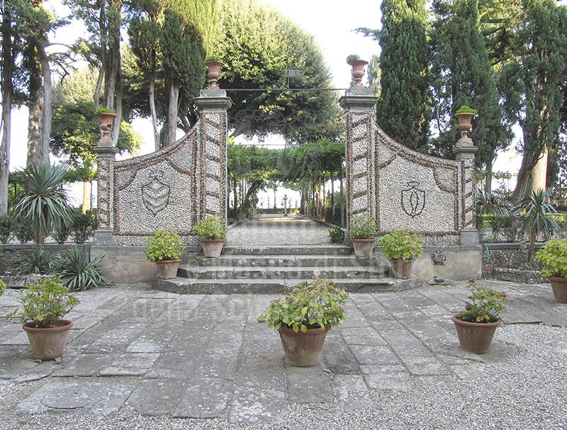 Immagine giardino all 39 italiana cancello d 39 ingresso villa m for Immagini di entrate di ville