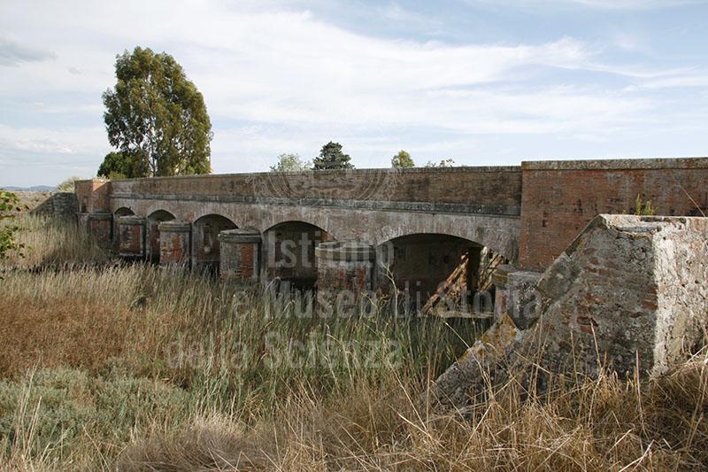 Chiusa sul Canale San Leopoldo per la bonifica del Lago di Castiglione, Castiglione della Pescaia (GR).