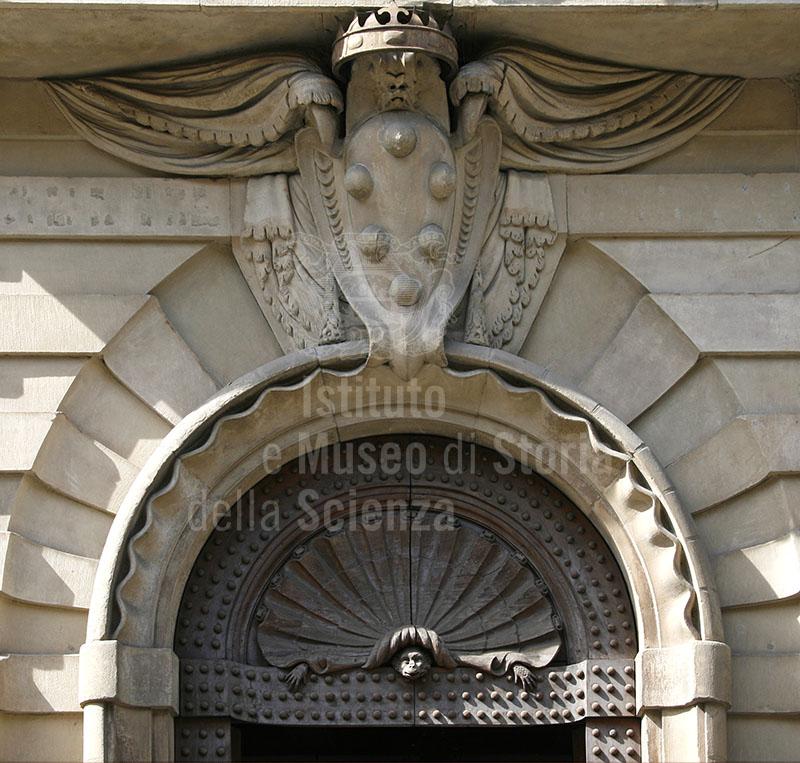 Decorazione scultorea con stemma mediceo sovrastante il portone di ingresso del Casino Mediceo di San Marco, oggi sede della Corte d'Assise e d'Appello a Firenze.