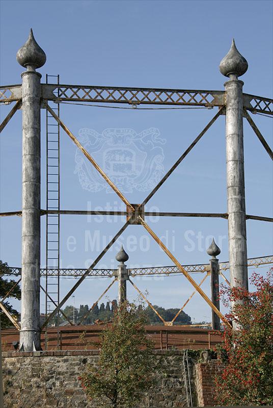 Ex gasometro di Firenze: dettaglio della struttura perimetrale in metallo.