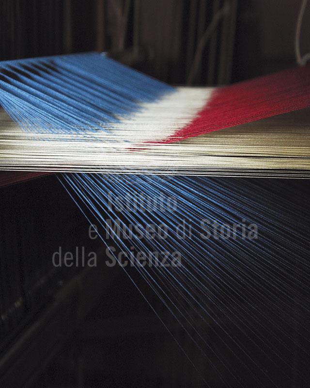 Lavorazione del filato su telaio, Fondazione Arte della Seta Lisio, Firenze.