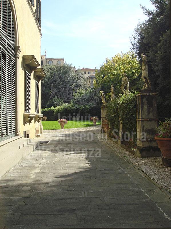 Palazzo Pandolfini a Firenze: il giardino decorato da statue.