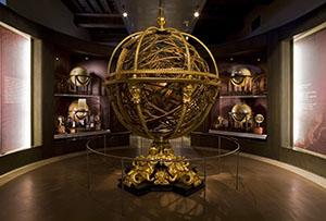Sala III - La rappresentazione del mondo, con in primo piano la sfera del Santucci, Museo Galileo, Firenze.