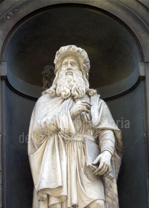 Statue of Leonardo da Vinci, the Uffizi Loggia, Florence.