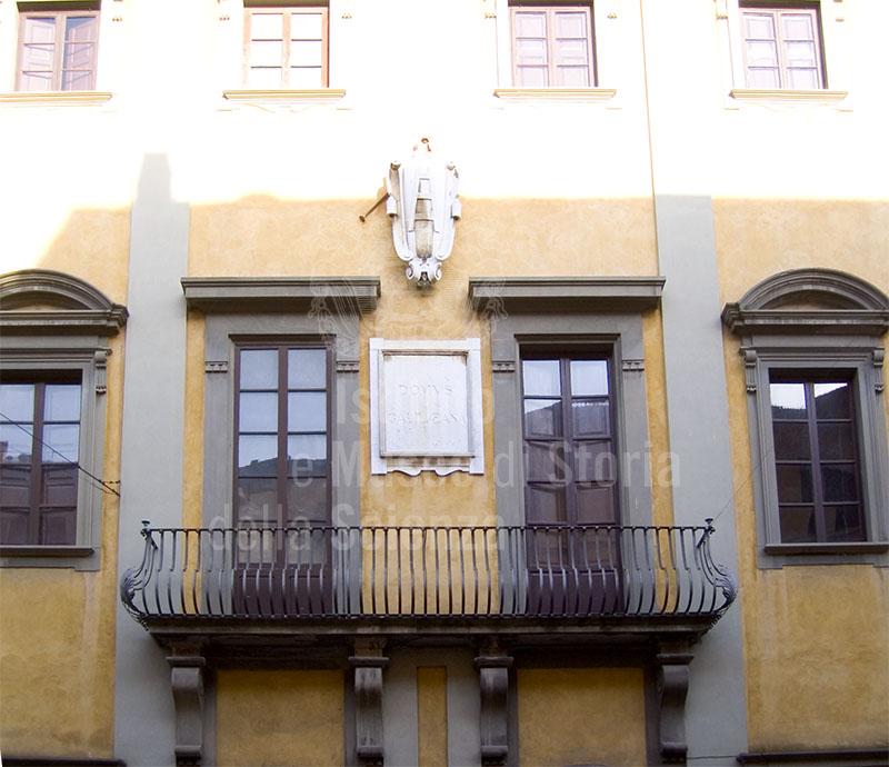Particolare della facciata della Domus Galilæana, Pisa.