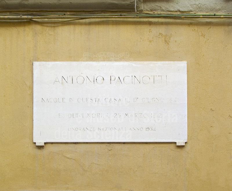 Lapide commemorativa apposta nel 1934 sulla facciata della casa di Antonio Pacinotti, Pisa.