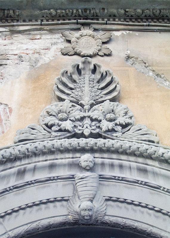 Decorazioni sopra il portone d'ingresso con raffigurazione di un bambino in fasce, Centro Documentazione Tutela e Valorizzazione del Patrimonio Culturale e Scientifico della Sanità Pubblica, Pisa.