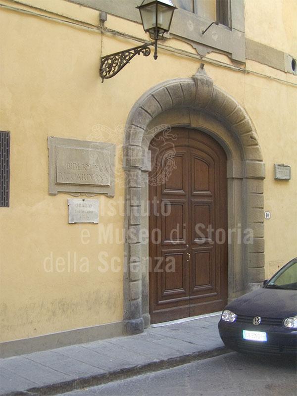 Portone d'ingresso della Biblioteca Riccardiana, Firenze.