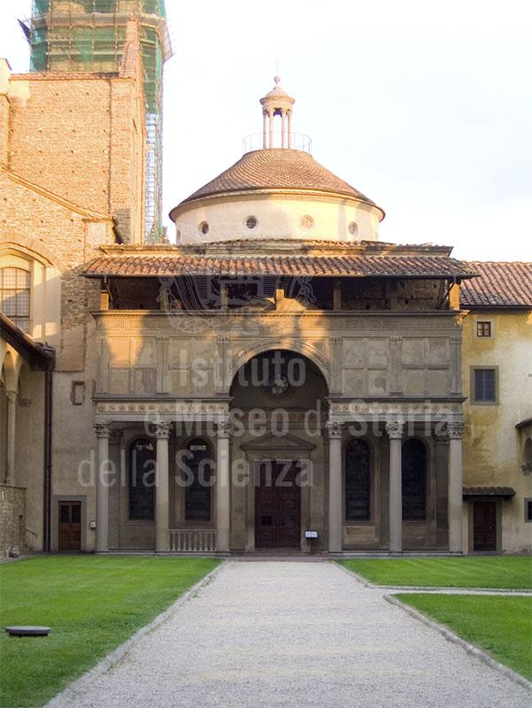 Esterno della Cappella de' Pazzi nel complesso Monumentale di Santa Croce, Firenze. Uno dei primi esempi di architettura rinascimentale ad opera di Filippo Brunelleschi.