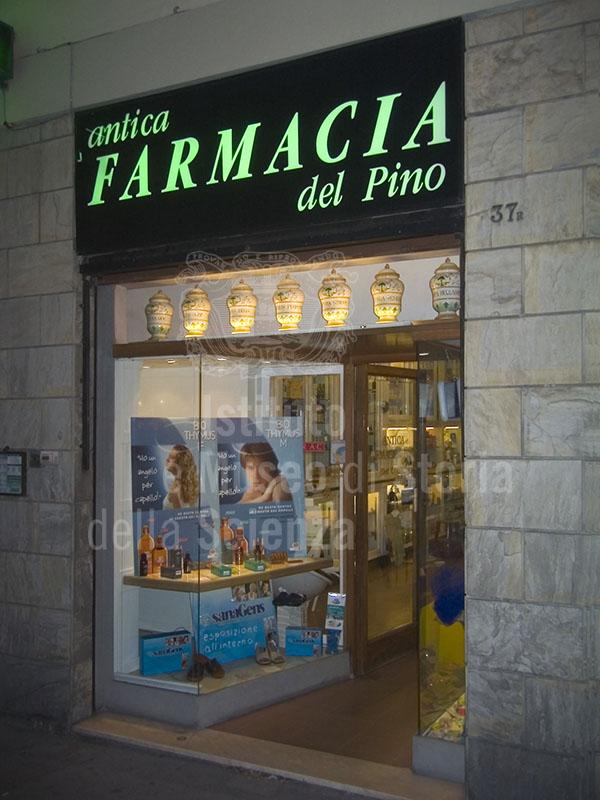 Esterno dell'Antica Farmacia del Pino, Firenze.