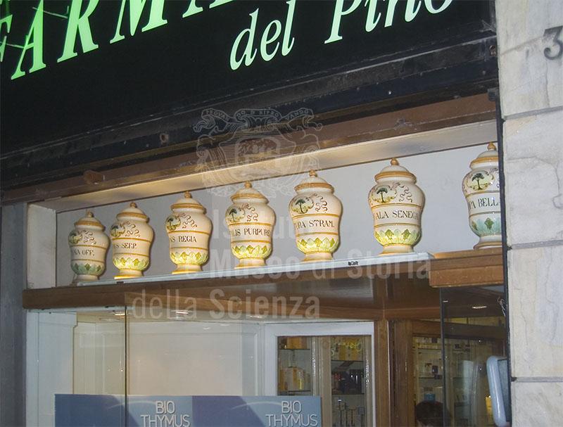 Alcuni vasi dell'Antica Farmacia del Pino, Firenze.