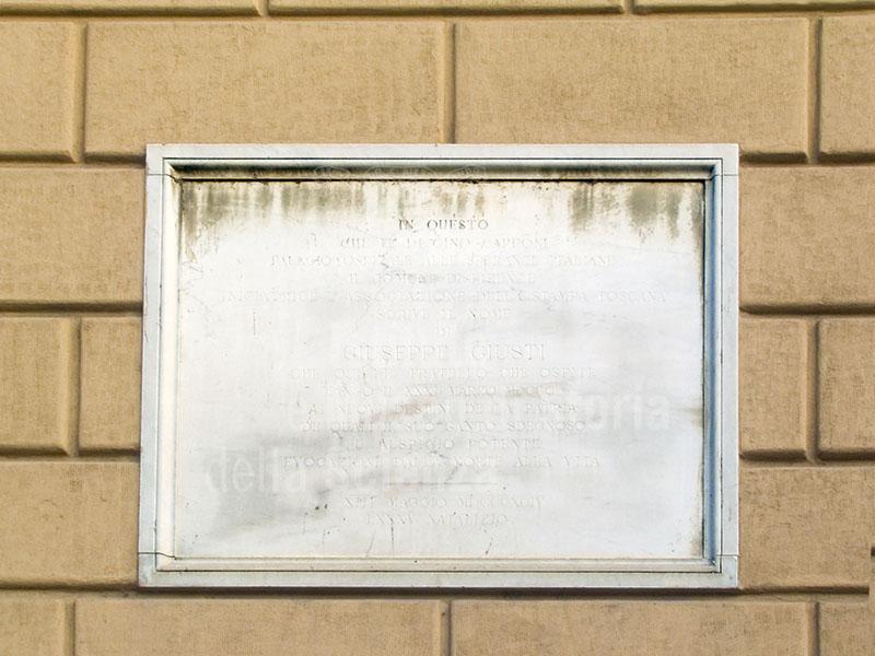 Lapide sulla facciata di palazzo Capponi, Firenze.