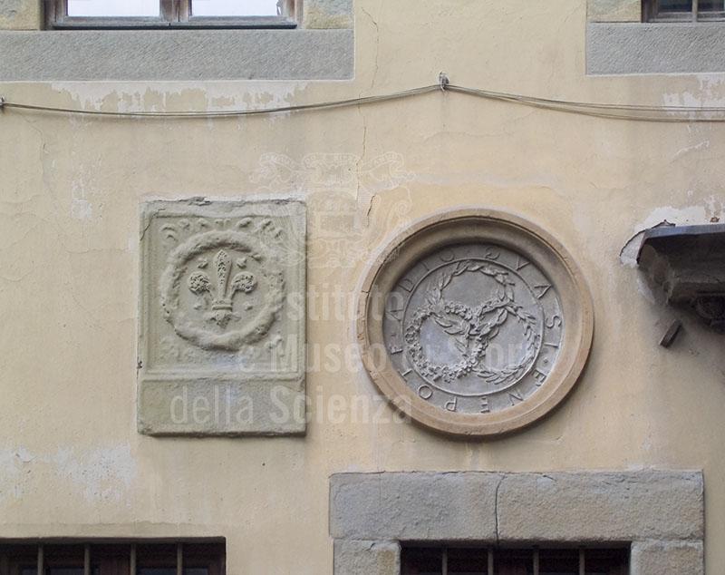 Stemmi sulla facciata dell'Accademia delle Arti del Disegno, Firenze.