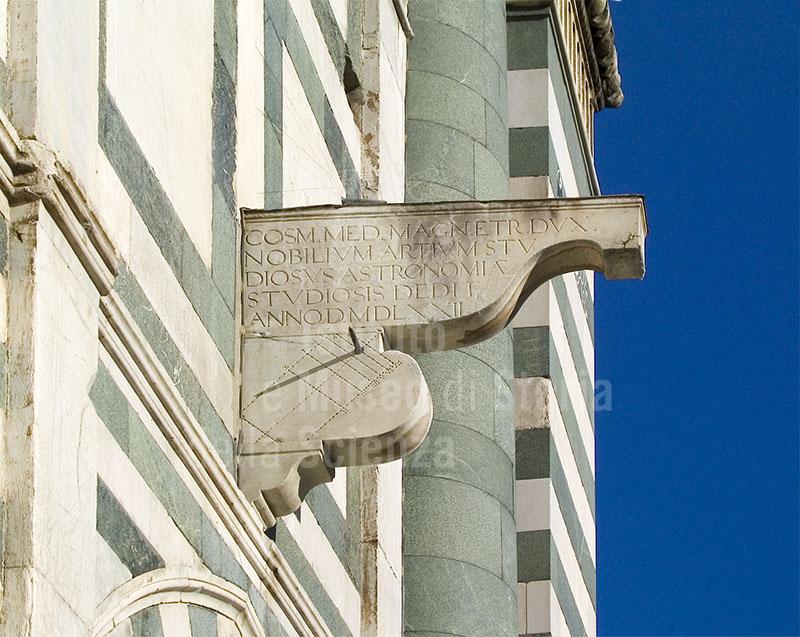 Lo stato attuale (dicembre 2004) del basamento del quadrante astronomico costruito da Egnazio Danti, Basilica di Santa Maria Novella, Firenze.
