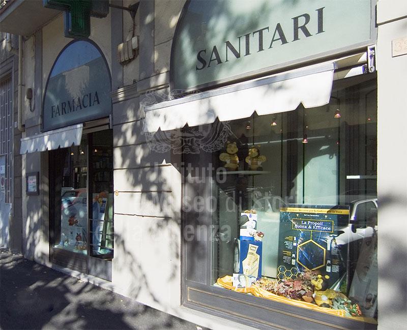 L'esterno della Farmacia Giannuzzi, Firenze.