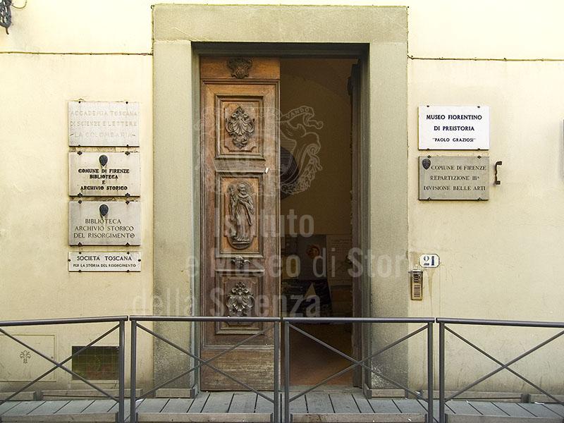"""Ingresso alla sede dell'Accademia Toscana di Scienze e Lettere """"La Colombaria"""", Firenze."""