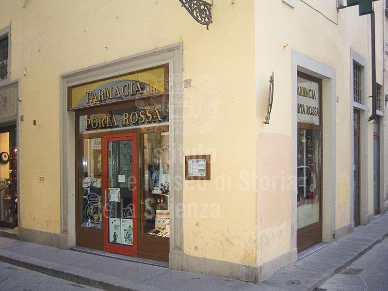 Esterno della Farmacia Porta Rossa, Firenze.