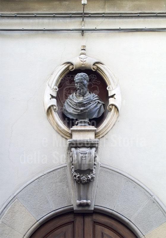 Busto di Michelangelo sulla facciata di Casa Buonarroti, Firenze.