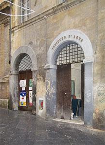 Portone d'ingresso dell'Istituto d'Arte nell'edificio della Biblioteca Conuale degli Intronati, Siena.