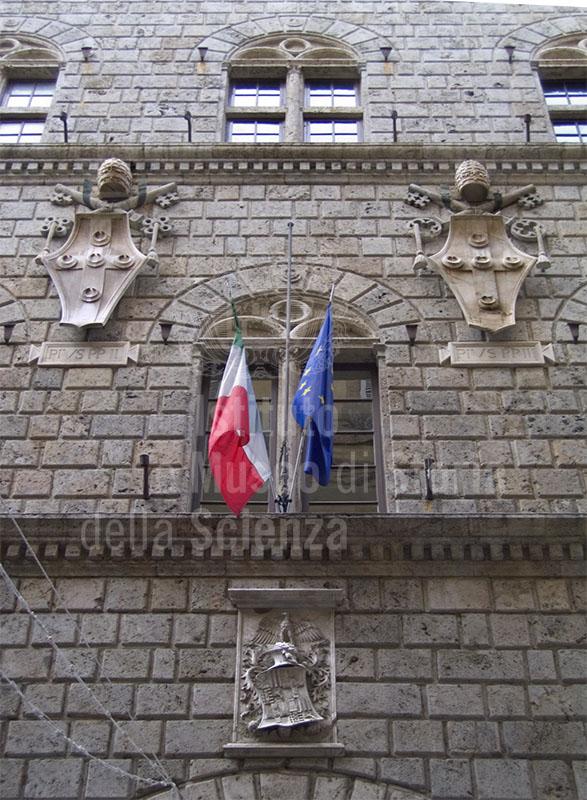 Stemmi dei Piccolomini sulla facciata dell'Archivio di Stato di Siena.