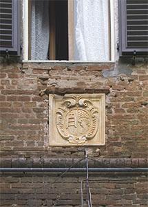 Stemma del S. Maria della Scala sulle mura della Grancia di Cuna, Monteroni d'Arbia.
