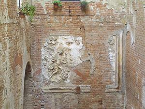 Resti di un bassorilievo all'interno del cortile della Grancia di Cuna, Monteroni d'Arbia.