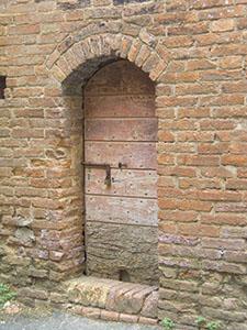 Porta all'interno della Grancia di Cuna, Monteroni d'Arbia.