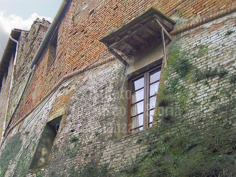 Finestra sulla cerchia di mura interne della Grancia di Cuna, Monteroni d'Arbia.