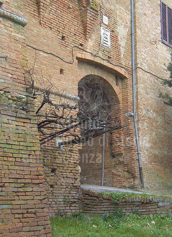 Uno degli ingressi della Grancia di Cuna, Monteroni d'Arbia.