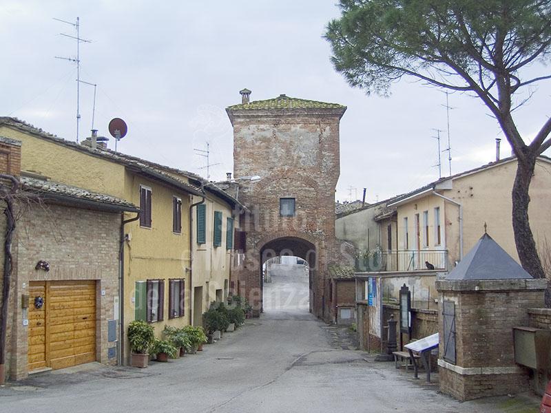 La piazzetta contenuta fra le due cerchia di mura della Grancia di Cuna, Monteroni d'Arbia.