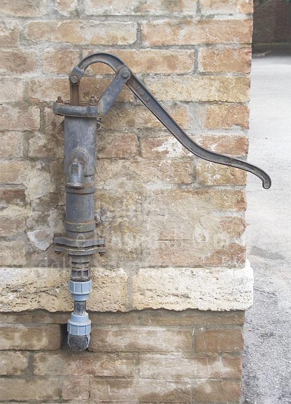 Pompa di un pozzo della Grancia di Cuna, Monteroni d'Arbia.