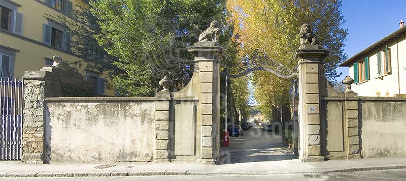 Immagine cancello d 39 ingresso del giardino torrigiani da via for Giardino torrigiani