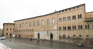 Facciata del Santa Maria della Scala, in piazza del Duomo a Siena.
